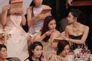 """โฆษณาแฝง! ปรับ 6 แสนบาท TVB เสิร์ฟไก่ทอด """"ดารา"""" โซ้ยกันมันปากกลางงานมอบรางวัล"""