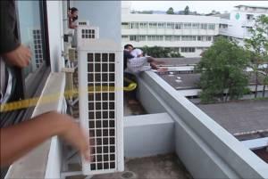 ภาพวินาทีชีวิต! จนท.เข้าชาร์จช่วยชายพยายามกระโดดตึก รพ.ศรีสะเกษฆ่าตัวตาย