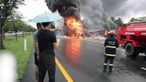 ถนนลื่น รถบรรทุกน้ำมัน 5 หมื่นลิตรคว่ำที่อำเภอขลุง เพลิงลุกไหม้ลามไปติดบ้านประชาชนเสียหาย 2 หลัง