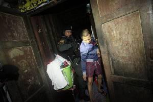 """รวมภาพชุดแผน """"ชุมชนประชารัฐร่วมใจ"""" ค้นชุมชนอินทามาระ10 รวบ 2ผู้ต้องหา คดีฆ่าคนตาย 2 ยาเสพติด 13 ราย"""