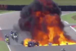 """เสียวสยอง!! นักบิดซิ่งฝ่าอุบัติเหตุ """"ลูกไฟขนาดใหญ่"""" (คลิป)"""