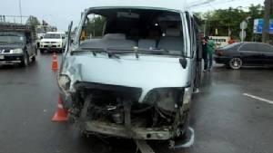 กระบะยูเทิร์นตัดหน้ารถตู้โดยสารพุ่งชนเต็มแรงเจ็บ 7 ราย