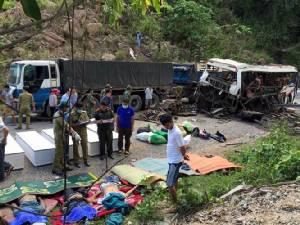 รถบัสโดยสารเวียดนามระเบิดในลาวตาย 8 ซุกไม้เถื่อนเต็มคัน