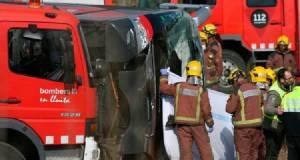 เกิดอุบัติเหตุรถบัสนักท่องเที่ยวพุ่งชนรถบรรทุกจอดเสียข้างทางในสเปน ดับอย่างน้อย 2 ศพ เจ็บอีกอื้อ