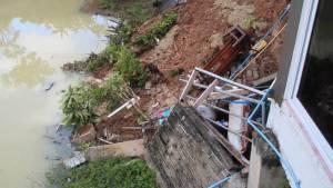 ฝนตกต่อเนื่องทำบ้านที่ปลูกใกล้สระน้ำกลางเมืองจันท์ทรุดเสียหาย