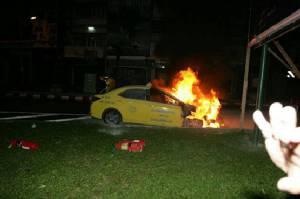 แท็กซี่งงขับรถอยู่ดีๆ ไฟไหม้ห้องเครื่องไม่ทราบสาเหตุ