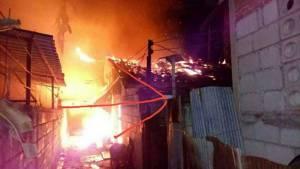 ไฟไหม้ห้องแถวใกล้ปั๊มฯ สารภี เชียงใหม่ กลางดึก ทั้งร้านแก๊ส-เบาะรถ-ร้านเสื้อผ้าวอด