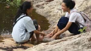 """""""น้ำตกห้วยแก้ว"""" เริ่มฟื้น! มีน้ำไหลหลังฝนตกและจิตอาสาระดมพลังซ่อมแซมฝาย"""