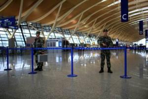 จีนตรวจเข้มความปลอดภัยสนามบินเซี่ยงไฮ้ หลังเหตุบึ้ม เผยมือระเบิดปาดคอตัวเอง อาการสาหัส (ชมคลิป)