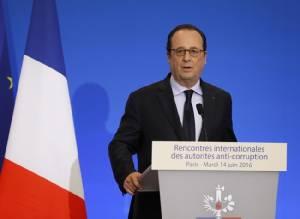 ออลลองด์เตือนฝรั่งเศสยังเสี่ยง ไอเอสรับสมอ้างเหตุแทงตำรวจดับ