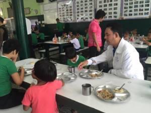 """""""เรารักษ์พัทยา"""" ทำบุญเลี้ยงอาหารกลางวันนักเรียนตาบอด สุขใจทั้งผู้ให้และผู้รับ"""
