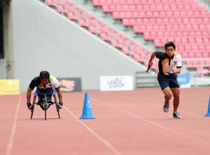 """""""โค้ชเช"""" นำทีมโค้ช-นักกีฬา แข่งวิ่งผลัดปะทะ """"วีลแชร์เรซซิ่งทีมชาติไทย"""""""