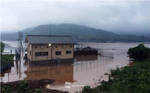 พายุฝนกระหน่ำเกาะคิวชู ซ้ำเติมผู้ประสบภัย (ชมคลิป)