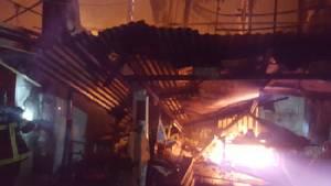 เผาวอดชุมชนริมทางรถไฟสายเก่าคลองเตยเสียหาย 7 หลัง คาดสาเหตุไฟฟ้าลัดวงจร (มีคลิป)