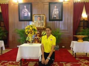"""""""โค้ชอ๊อต"""" นำทีมนักตบสาวไทย ร่วมลงนามถวายพระพรในหลวง"""