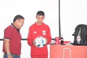 """ต้อนรับ """"น้องไบร์ท"""" 1 ในเยาวชนไทยสัมผัสประสบการณ์ฟุตบอลโลก"""