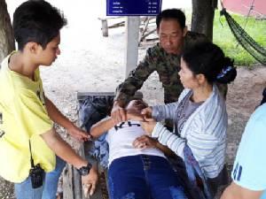 ทหารเรือพร้อมพลเมืองดีรุมช่วยเหลือสาวหมดสติริมถนนสัตหีบ