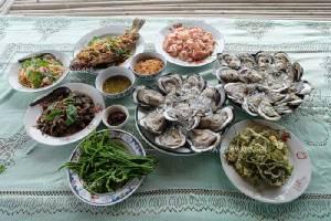 """กินหอยนางรมยักษ์ สดหวานฉ่ำปาก ที่ """"ป้าหลุยลุงทม โฮมสเตย์""""  จันทบุรี"""