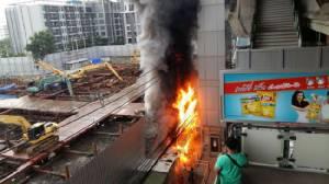 พบแผงขายเสื้อผ้าต้นเพลิงไหม้ติดลิฟต์ BTS อ่อนนุช ไร้ผู้บาดเจ็บ