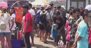 """นักท่องเที่ยวแห่เที่ยว """"เกาะสีชัง"""" ชลบุรีคึกคัก"""