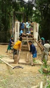 เฮลั่น! จนท.ส่งช่างช่วยซ่อมสะพาน-ถนนเชื่อม 4 หมู่บ้านอุ้มผางแล้ว คาดอีก 2-3 วันเสร็จ