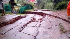 ระทึก! ฝนหนักถนนน่านทรุดลึกเป็นเมตร ยาวนับร้อยเมตร-บ้านพังแล้ว 1 หลัง(ชมคลิป)