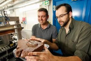 ไดโนเสาร์จิ๋วเป็นฟอสซิลในหินแข็งจนสกัดไม่ออก...ต้องใช้ซินโครตรอนส่อง