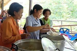 เปลี่ยนห้องครัวเป็นห้องยา! ราชภัฏสุราษฎร์ฯ ชวนผู้สูงอายุปรุงอาหารต้านข้อเข่าเสื่อม