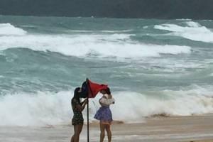 ไลฟ์การ์ดปิดหาดหลายจุดห้าม นทท.เล่นน้ำเหตุคลื่นแรง