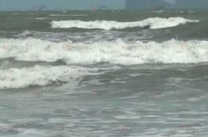 """คลื่นแรง! อิทธิพลพายุ """"เตี้ยนหมู่"""" ส่งผลทะเลตรังคลื่นลมแรง นทท.ไม่กล้าลงเล่นน้ำทะเล"""