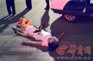 หญิงจีนทะเลาะกัน 8 ชั่วโมง จนเป็นลมหมดสติคาถนน น้ำลายฟูมปาก