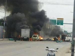 ระทึก! รถบรรทุกเล็กส่งแก๊สพลิกคว่ำที่ รถตามหลังพุ่งชนไฟลุกเสียหาย 4 คัน ปิดการจราจรชั่วคราว