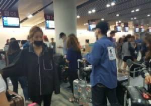 """แฟนคลับรุมจวกทีมงาน """"BIGBANG"""" แซงคิวในสนามบินแถมไร้มารยาทขณะโดยสาร"""