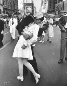 Greta Friedman พยาบาลสาวผู้ถูกทหารเรือจูบ ใน VJ day kiss  ภาพถ่ายขาวดำระดับตำนาน   เสียชีวิตในวัย 92 ปี