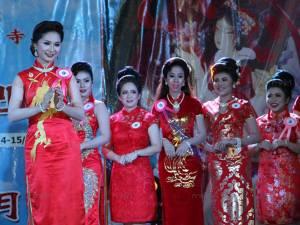 """ลูกหลานชาวไทยเชื้อสายจีนสวมชุดกี่เพ้าขึ้นประชันความงามประกวด """"ธิดาฉางเอ๋อ"""" ที่ยะลา"""