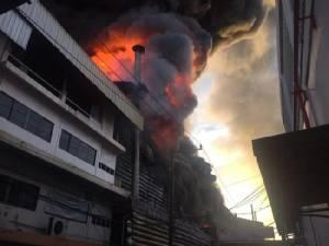 ระทึก! เพลิงไหม้โรงงานผลิตสีย่านบางพลี เสียหายไม่ต่ำกว่า 500 ล้านบาท