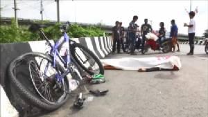 สลด! กระบะเลี้ยวโค้งพุ่งชนจักรยานนักปั่นเสียชีวิตที่กรุงเก่า (ชมคลิป)