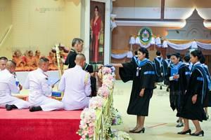 สมเด็จพระบรมฯ เสด็จพระราชทานปริญญาบัตรผู้สำเร็จการศึกษา ม.ราชภัฏเขตภาคใต้ วันแรก