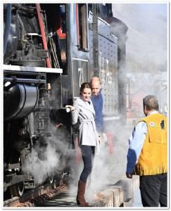 """InPicss: ทริปเสด็จเยือนแคนาดาวุ่น!! ผู้คนแตกตื่นหลัง """"เจ้าชายวิลเลียมและเจ้าหญิงแคทเธอรีน"""" ทรงท้าไต่ขอบรางรถไฟจักกลไอน้ำที่ไม่มีราวกั้นเหนือสะพานคาร์ครอซ"""