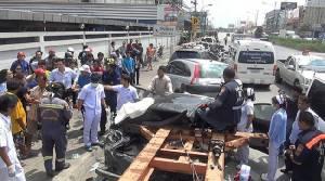 ระทึก! หางพ่วง 18 ล้อหลุดบนถนนเทพารักษ์ชนเก๋ง เด็กวัยขวบเศษติดคาซาก รอดหวุดหวิด