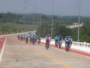 ฮือฮา! สสจ.ระยอง ปั่นจักรยาน 70 กม.ไปรับตำแหน่งใหม่ที่จันทบุรี