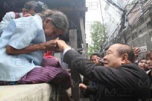 """""""ประวิตร"""" มอบกุญแจบ้านใหม่ชุมชนริมเจ้าพระยา ย้ายเข้าแฟลต เปิดทางทำแลนด์มาร์กเมืองไทย"""
