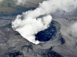 """ญี่ปุ่นเตือนระวังเศษหิน-เถ้าถ่านจากภูเขาไฟ """"อาโสะ"""" ไร้รายงานผู้ได้รับบาดเจ็บ"""