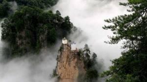 """มหัศจรรย์แห่งศรัทธา! ชม """"ตำหนักเทพเต๋า"""" ตระหง่านทนทานบนยอดผาสูงเทียมเมฆ มากว่า 400 ปี (ชมภาพ)"""