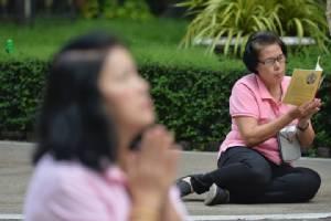"""สื่อนอกรายงานพสกนิกรไทยพร้อมใจสวมเสื้อชมพู ตั้งอธิษฐานให้ """"ในหลวง"""" ทรงหายประชวร"""