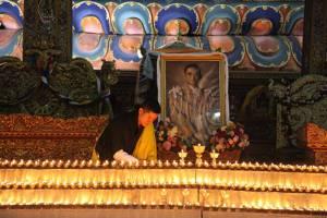 """""""กษัตริย์จิกมี"""" ประกาศ 14 ต.ค.เป็นวันหยุด ให้ชาวภูฏานร่วมจุดเทียน-สวดมนต์รำลึกถึง """"ในหลวง"""""""