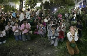 UK แนะพลเมืองในไทยแต่งกายเหมาะสมแสดงความเคารพในหลวง ทั่วโลกยังหลั่งไหลร่วมไว้อาลัย