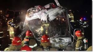 รถบัสแดนโสมขาวเกิดอุบัติเหตุ ไฟลุกบนถนนทางด่วนพิเศษ ดับร่วมสิบ