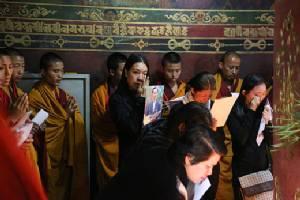 """""""กษัตริย์จิกมี"""" เสด็จฯเยือนไทย 15 ต.ค.สักการะพระบรมศพ - ปชช.นับพันทั่วภูฏานร่วมจุดเทียนรำลึก"""