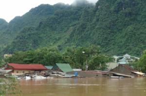 ภาคกลางเวียดนามอ่วมดีเปรสชันน้ำท่วมสูง 4 จังหวัด เสียชีวิตอย่างน้อย 11 คน